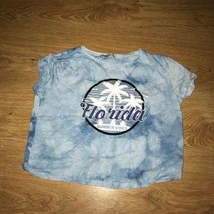 En blå ganska ny t-shirt