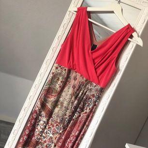 Ny maxiklänning i storlek 36. Mönstrad nederdel med enfärgad överdel. Aldrig använd och är inköpt för 799 kronor. Finns i fler storlekar.  #dior #versace #armani #marcjacobs #mariovalentino #louisvuitton #valentino #michaelkors #dkny #toryburch #gant #ral