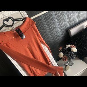 Finns i flera storlekar. Bardot modell och är i färgerna orange/röd. Helt ny med etikett.  #dior #versace #armani #marcjacobs #mariovalentino #louisvuitton #valentino #michaelkors #dkny #toryburch #gant #ralphlauren #burberry #hudabeauty #orrefors #parfym