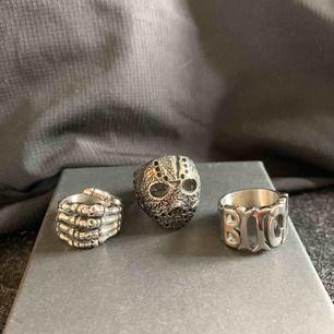 Säljer dessa tre oanvända ringar pga fel storlek.   Jason ring - size 9 (250kr) i mitten första bilden Skull hand ring - size 8 (250kr) vänstra  första bilden Bitch ring - size 8 (250kr) till höger första bilden  Vid köp av alla ringar pris 700kr
