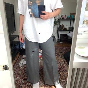 Skit snygga kostymbyxor som går att bäda klä upp och även ha till en chill outfit. Köpta från Weekday, storlek 36! *OBS* Fläckarna är på spegeln INTE på byxorna!! <3