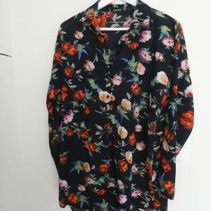 Blommig längre skjorta från Boohoo. Storlek 40. Köparen betalar frakt.