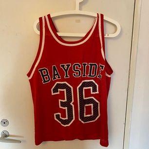 Säljer detta fina röda basket linne  tröja hör av dig om du är intresserad eller har frågor kram!💓💓