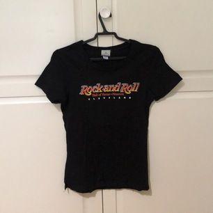 Svart Rock and Roll tröja köpt på Hall of Fame museet i Cleveland. Säljer då jag nt använder den längre :) Använd fåtal gånger