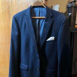 Jätte fin blå kavaj i ull från Dressman. Modell: Slim Fit. Nypris: 4000kr köpt som kostym med byxor.