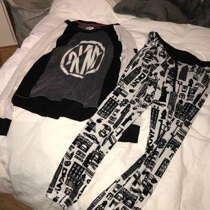 Jättemysigt fleecepyjamasset från DKNY i strl S! Hela setet för 100 kr! Köpare står för frakt ❤️