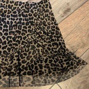 en jättefin kjol i skönt material med leopardmönster, perfekt i längden också!!🥰