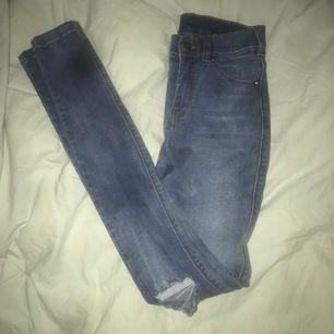 Säljer dessa super fina jeans från dr denim modell lexy. Håll på knäna, säljer pga för små tyvärr ! Nypris 499 andvända 1 gång