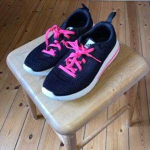 Rosasvarta träningsdojor från Adidas! Supersköna och endast använda 2-3ggr💗 Möts upp i STHLM eller fraktar!