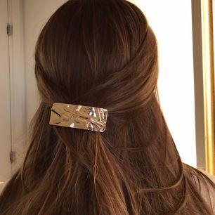 Guldigt hårspänne i bra kvalité! Frakten ingår!