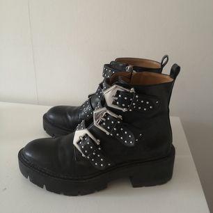 Knappt använda men en liten skada på spännena på ena skon. Annars i fint skick! Skickas mot frakt.