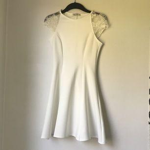 Vit klänning med skaterkjol och spets vid axlarna. Perfekt som studentklänning. Använd endast 1 gång. Säljs för 350kr plus frakt 66kr ☀️☀️☀️