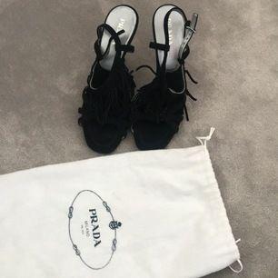Ett par äkta Prada skor som har knappt används som jag säljer nu till sommaren jätte fin kvalite och man får med påsen. Det går att pruta lite.