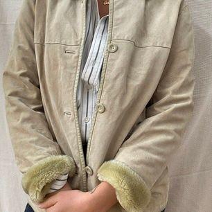 Cool jacka som är lite tjockare med snygga detaljer. Känsla av mocka på utsidan. Frakt tillkommer <3