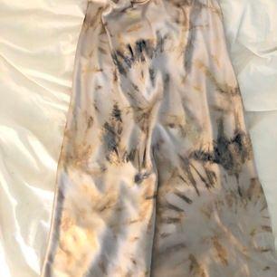 Så fin och härlig vit midikjol i sammet från Lindex. Vit med färg i. Passar även medium.nypris 300 och använd 1 gång