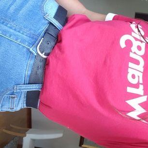 💓Jättefin röd wrangler tshirt säljes💓 Säljs då den inte kommit till användning. Tshirten är röd, texten är rosaaktig och sömmarna kring halsen och ärmarna är vita. Verkligen jättefin, men inte min stil längre.