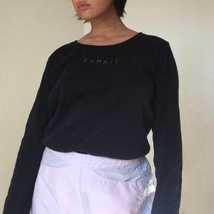 jättefin långärmad tröja från esprit med strasstenar✨✨ fint skick, står att den e XL men tkr den e mindre än så, typ M-L! jag på bilden e 150 cm & har strl XS. frakt 43 kr💘