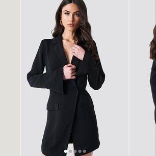 Jättefin klänning från na-kd i strl 38/M! Använd två gånger, klänningen finns att köpa nu på na-kd och där är  nypriset är 599!