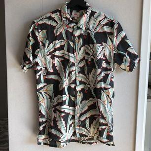 Somrig skjorta från Levis med träknappar. Helt oanvänd. Nypris 499:-.