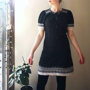 Mysig mörkgrå stickad klänning med snörning och lite puffärm 🦝🌼 Köparen står för frakt