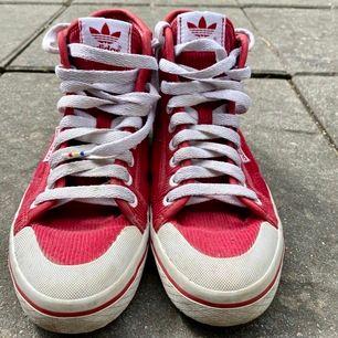 Snygga röda adidas skor! 🥰