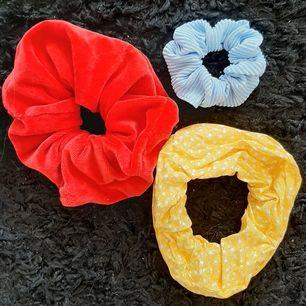 Två fina hemmagjorda scrunchies 😍 (den blå är bara visnings exempel för att visa storleks skillnaden)