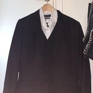 Kostym , med en skjorta och väst från Riley. Byxorna och kavajen är från H&M