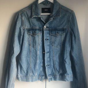 Jeansjacka i storlek small. Oversize. Säljer pga garderobsrensning. Köpare står för frakt.