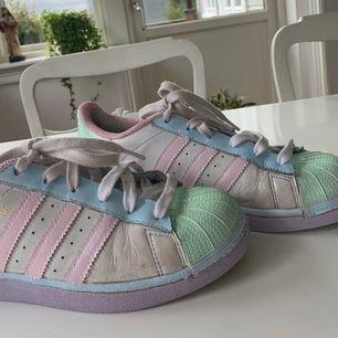 Intressekoll på skorna, har själv målat ett par gamla adidas skor. Färgen tål vatten,lite smutsiga skor men är fortfarande bra kvalite!!