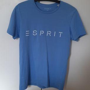 En blå tshirt från ESPRIT. Nyskick. Storlek S unisex. På sista bilden jämförs t-shirten med en annan blå färg :) FRI FRAKT inom Sveriges gränser.
