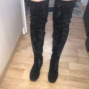 """Väldigt fina """"overknee boots"""" i sammet, aldrig använda i storlek 39. Svårt att visa på bild hur dem ser ut men skriv vid mer info och bilder."""