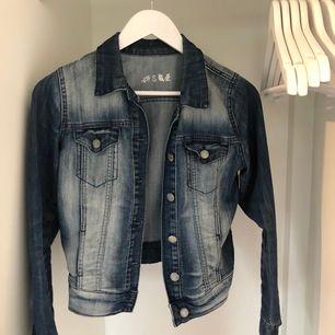 Säljer en blå jeansjacka som inte kommer till användning längre, mycket fin att ha nu till sommaren, storlek S🦋