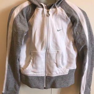 Jättesnygg och välbevarad luvtröja från Nike. Passar mig inte längre så det är därför jag säljer den. Nypris 900kr. Köpt i london 2014. Tillkommer frakt på 9kr