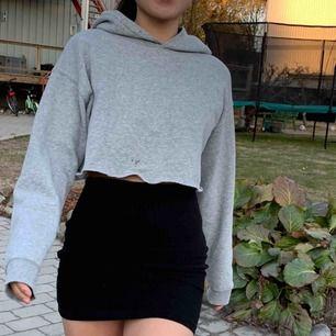 En croppad oversized grå hoodie. (Har en liten fläck fram därav det låga priset) dm för mer bilder eller info☺️!!