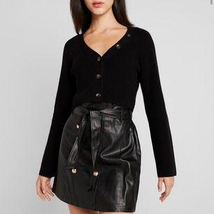Säljer denna sjukt snygga koftan från fashion union i modellen VALERINA❤️ Nypris ligger på 399kr och alla strl förutom 42 är slut i lager på Zalando, köparen står för ev. frakt❤️