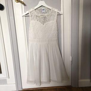 Jättefin studentklänning med spets. Använd en gång på skolavslutning. Sitter super bra! Köparen står för frakten😊