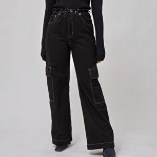 Snygga svarta byxor från weekday. Använda fåtal gånger. Storlek 36-38 men man kan dra åt dem i midjan så passar även en 34 eller en 40.                        Köpta för 500kr