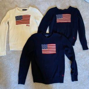3 st stickade tröjor från Ralph Laurens. En vit och 2 blåa. Den vita är i XS och den ena blåa är i XL barn (16 år) och den andra XL barn (18 år) Jag har S i kläder och kan ha alla tre. (PRISET KAN DISKUTERAS!!)