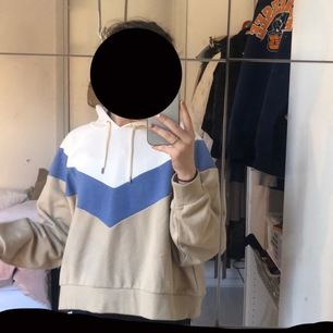 En hoodie från monki i storlek L, den passar dock ganska bra på strl xs konstigt nog. Har alldrig använts så i fint skick💕💕köparen står för frakt