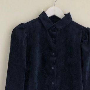 En asfin marinblå manschetter skjorta från Nelly. Jag köpte den för ett halv år sen men den är inte riktigt min stil så tänkte sälja vidare den för ett bra pris. Den är i storlek 36 och är i superbra skick då jag har bara använt den en gång!
