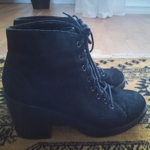 Very fancy lace up ankle boots, size 40 ☺️👻👻 Post is 63:-