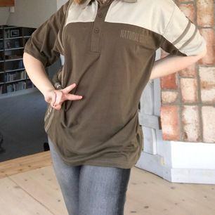 Skitcool oversized pikétröja köpt på second hand! Skitsnygg som den är eller som en tshirtklänning. Skriv för fler bilder! GRATIS FRAKT🙈🙈