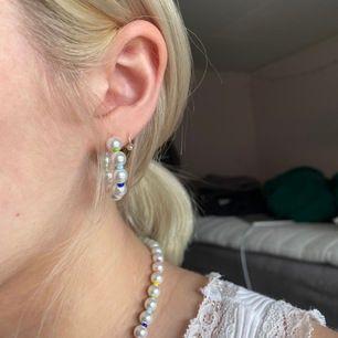 Nickelfria örhängen gjorda av vita, vaxade glaspärlor och seedbeads i olika färger🥰 Frakt INGÅR i pristet✨