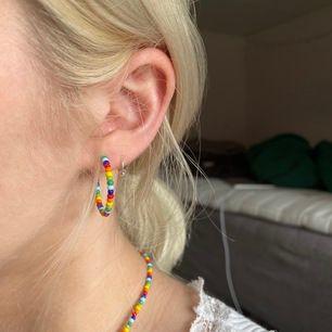Nickelfria örhängen gjorde av seedbeads i olika färger🥰 Frakt INGÅR i priset✨