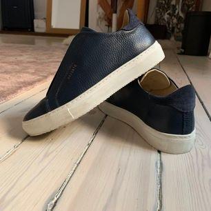 Köpta när Axel Arigato precis öppnat sin första butik i Stockholm. En skön och stabil sko använd en gång. Originalpris 2000kr