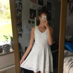 Jättesöt sommarklänning i vitt spetstyg. Funkar jättebra som studentklänning, men också mycket annat. Vid fler bilder eller frågor skriv gärna privat 🌺 köpare står för frakt