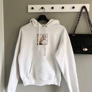 Min favorit hoodie köpt från Carlings i märket STAY som nu tyvärr blivit lite liten för min smak. Lite slitet tryck och en liten fläck vid sidan om men det syns knappt på långt håll, väldigt trendig! Frakt ingår i priset 💘