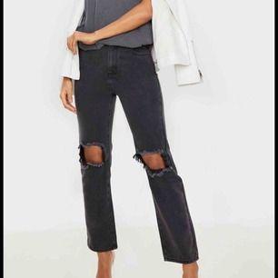 Jättesnygga populära jeans med hål från prettylittlething. Prislapp kvar och i väldigt gott skick! Köpta här på Plick men var tyvärr för stora. Buda!🥰
