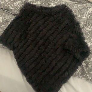 Mörkgrå päls poncho från NC, använt den få gånger och den är i bra skick. Storlek S, köpte den för 800kr