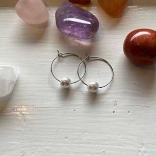Ett par nickelfria örhängen med en vit, vaxad glaspärla🥰 Frakt INGÅR i priset✨